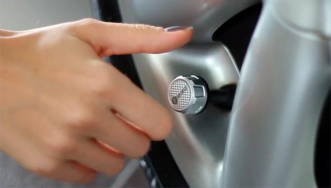 Un dispositivo para controlar la presión de los neumáticos con el teléfono móvil
