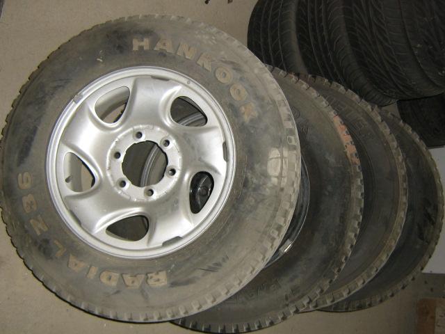 Se venden 4 llantas con neumáticos nuevos de TOYOTA HILUX , por tan sólo 600€